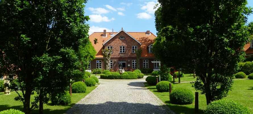 Hotellet er innredet i et historisk gods som har en utmerket beliggenhet, bare 10 km syd for Lübeck.