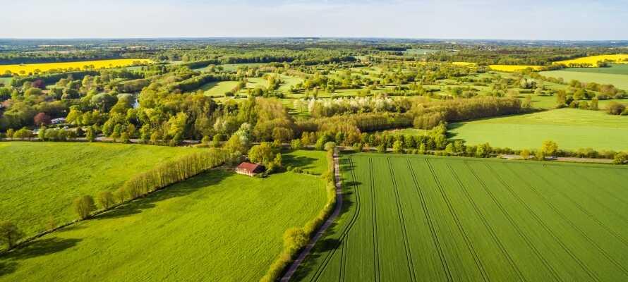 I nærområdet preges terrenget av mer landlige omgivelser og passer utmerket for lange turer til fots og sykkel.