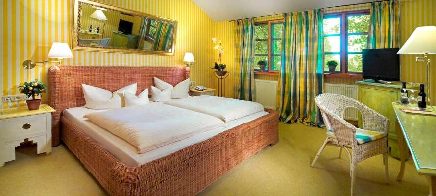 Hotellets bekväma dubbelrum är inredda i en härlig lantlig stil och utgör en bra bas under er semester.