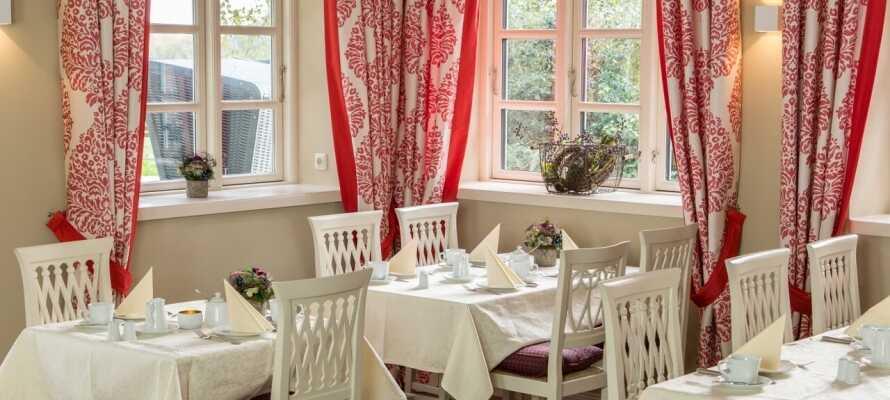 I hotellets restaurant kan I nyde sofistikerede regionale og internationale retter og et godt glas vin