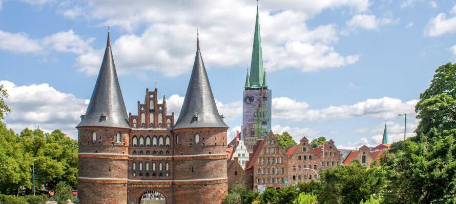Upplev spännande sevärdheter såsom Holstentor, åk på shoppingtur och smaka på berömd marsipan i Lübeck.
