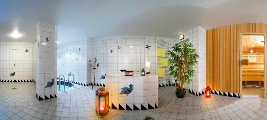 Koppla bort vardagen och njut av wellness i området och ta del av hotellets bastu, massage och solarium.