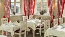 Hotellets restaurant serverer god mat i hyggelige og hjemlige omgivelser