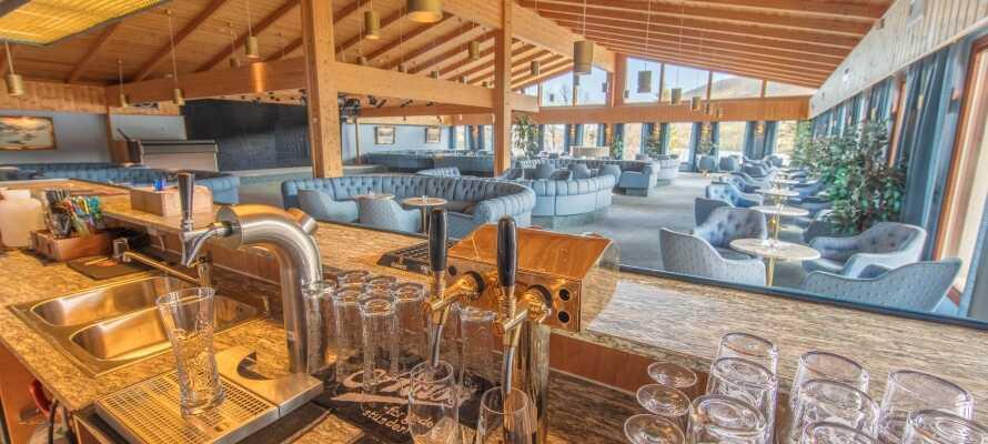 Spis middag med utsikt mot sjøen og nyt en drink i hotellets hyggelige lounge