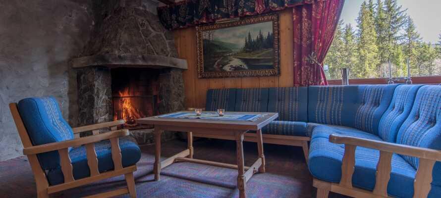 Njut av en kopp kaffe och en kvällsmåltid framför den sprakande elden.