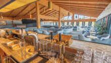 Nyd en drink i hotellets bar og loungeområde