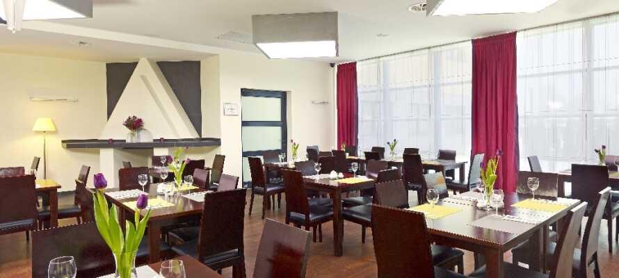 Hotellets restaurant har både internasjonale og lokale retter på menyen og her kan dere spise både frokost og middag.