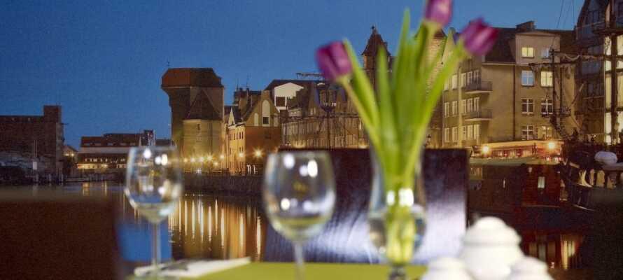 Njut av en kväll på en av stadens trevliga restauranger eller barer och prova polska specialiteter