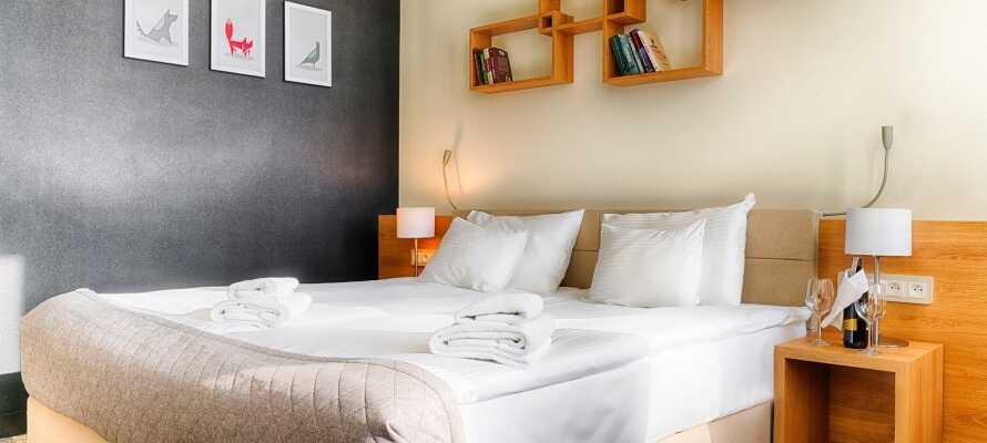 Alle værelser er moderne indrettet med komfortable møbler.