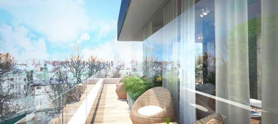Nyd udsigten og slap af med en god bog på terrassen med udsigt over byen