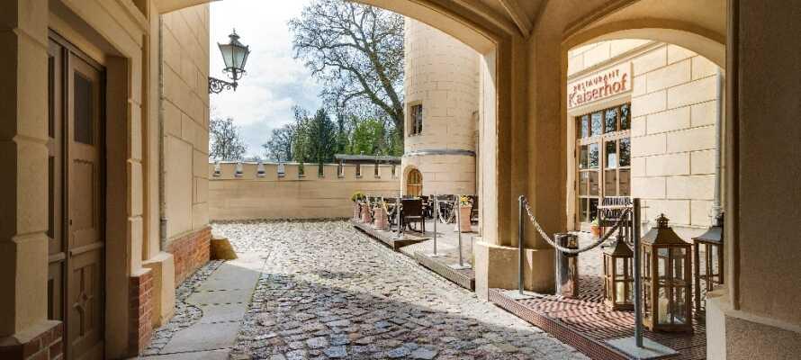 Hotellet är inrett i ett vackert historiskt slott och ligger omgivet av fantastisk natur med skog och fågelliv.