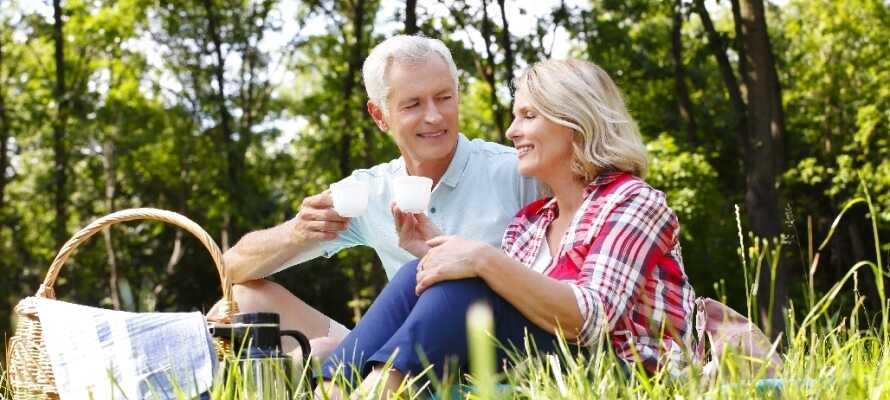 Tag på en romantisk skovtur og nyd omgivelserne og hinanden. Hotellet stiller picnickurve til rådighed!
