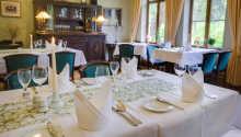 Hotellets restaurant 'Kaiserhof' tilbyder en varm atmosfære at nyde måltidet i