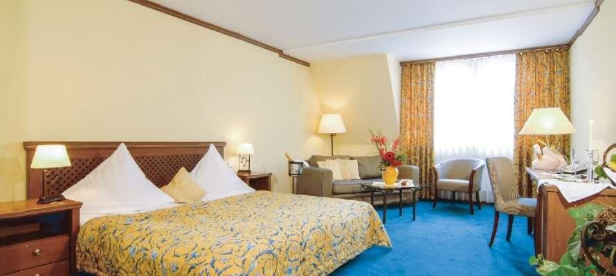 Hotellets værelser er alle enkelt indrettet og tilbyder en varm atmosfære med bløde farver.