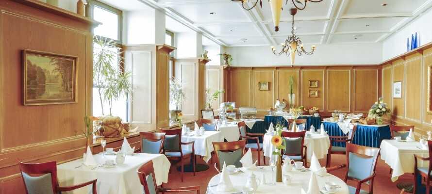 Spis middag på hotellet, hvor der er fokus på detaljer i hotellets nydelige og innbydende Restaurant Schwanenstube.