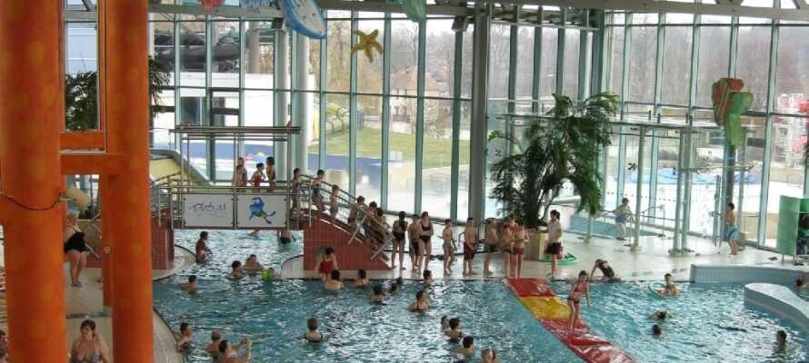 Tag en familietur i det kombinerede sauna- og vandland, Platsch Freizeitbad, i kort afstand fra hotellet.