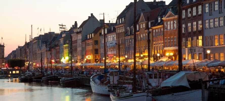 Finn et sted i Nyhavn og nyt det pulserende livet.