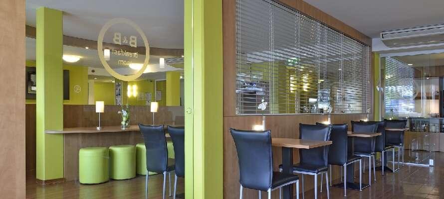 Börja dagen med en riklig och välsmakande frukostbuffé i hotellets trevliga frukostmatsal.