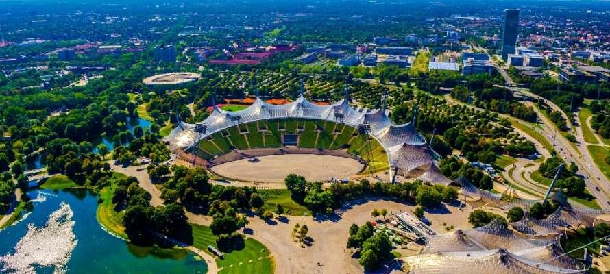 """Besøk det imponerende olympiske anlegget, ta en tur opp i Olympiaturm eller prøv taubanen """"Den Flyvende rev""""."""