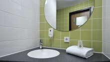 Samtliga rum har eget badrum med toalett och dusch/bad.