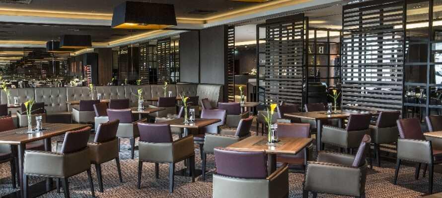 Hotellets sofistikerte Restaurant Johann's serverer middag i en varm og hyggelig atmosfære.