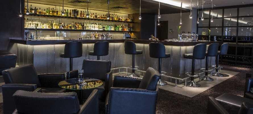 Nyd atmosfæren og en drink i hotellets atmosfæriske bar eller i den hyggelige smoking lounge.