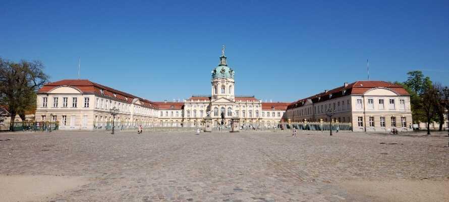 Det er flere severdigheter i nærheten. F.eks. ligger Schloss Charlottenburg like på den andren siden av Spree-elven.