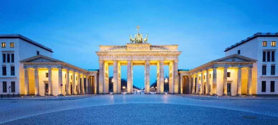 Se alle de berømte stedene og attraksjonene som f.eks. Berlinmuren, Siegessäule, Fernsehturm og her Brandenburger Tor!