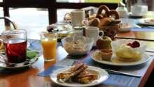 Start dagen med en frokostbuffe i hotellets hyggelige frokostrestaurant.