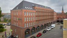 H + Hotel Lübeck ønsker deg velkommen i historiske omgivelser, nær Lübecks vakre gamleby.