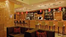 Etter en begivenhetsrik dag kan man nyte en drink i den koselige baren.