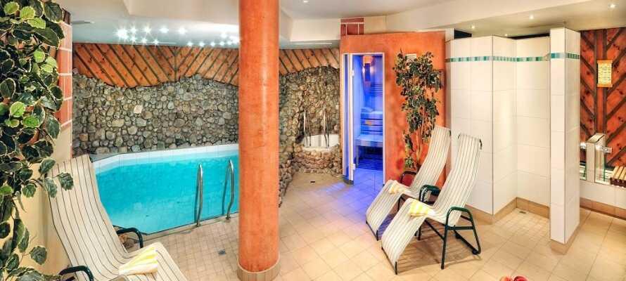 I hotellets wellnessområde er der adgang til bl.a. sauna, Kneipp-bad og indendørs swimmingpool.
