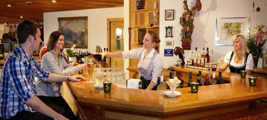 Genießen Sie ein Getränk in der Hotelbar oder besuchen Sie die charmante Ginhouse Sportsbar im Untergeschoss.