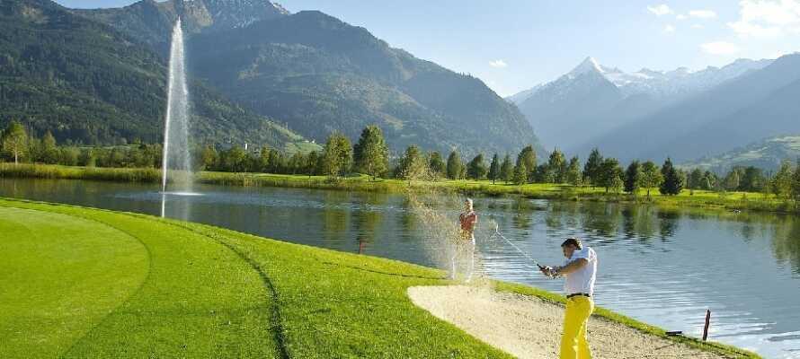 Wer gerne Golf spielt, kommt im einige Kilometer vom Hotel entfernten 18-Loch-Golfplatz des Golf Clubs Zell am See voll auf seine Kosten.