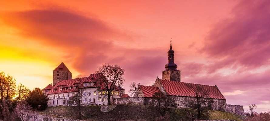 Det imponerende slot med den store fæstningsmur ligger i den gamle by Querfurt kun 14 km fra hotellet.