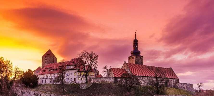 Det imponerande slottet med den stora muren ligger i den gamla staden Querfurt 14 km från hotellet.