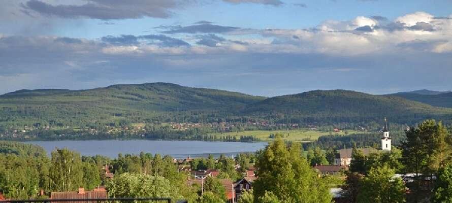Med den betagende og smukke udsigt fra hotellet kan I se tværs over søen Siljan.