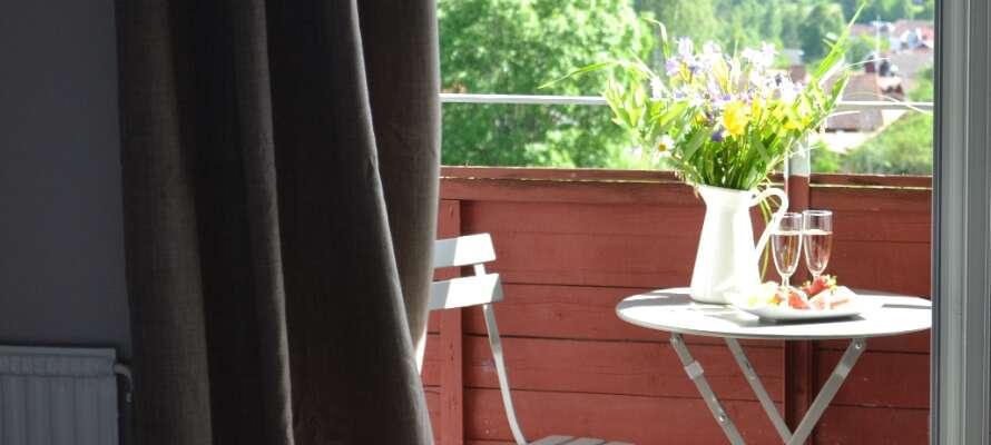 Mange af hotellets dobbeltværelser har en balkon med flot udsigt over Siljan-søen.