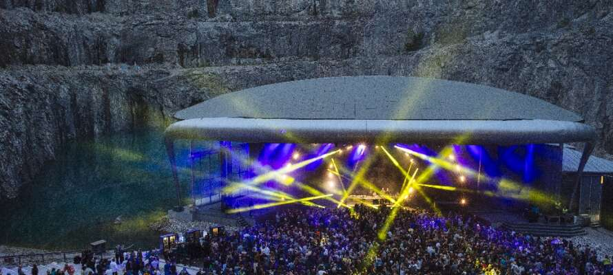 Dalhalla er en koncertarena i amfiteaterstil bygget i et gammelt kalkstenbrud. Dalhalla er kendt for sin fantastiske akustik.