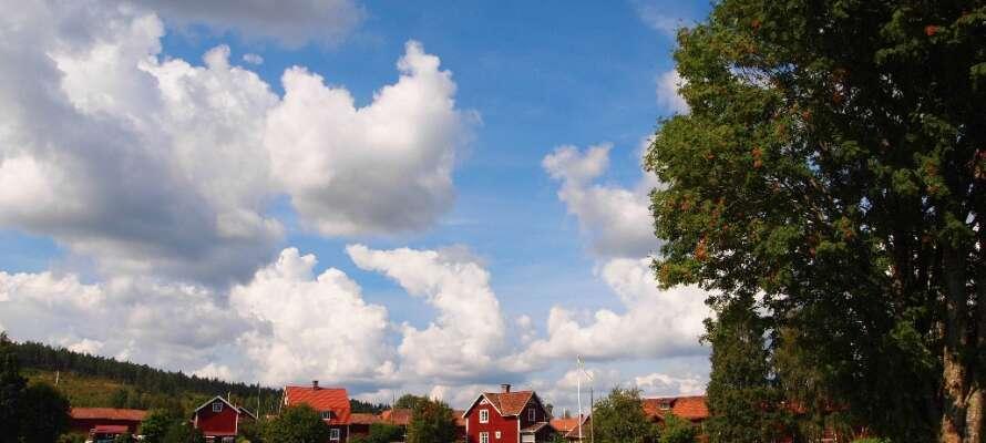 Maleriske røde huse med hvide sprosser præger Dalarnas arkitektur. Tag turen gennem de små landsbyer.