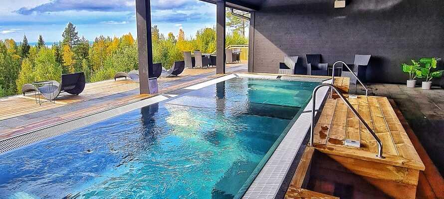 Nyd livet i hotellets smukke spaområde med en skøn udsigt over Siljan-søen.