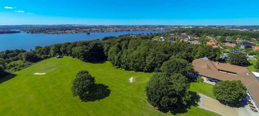 Tennis, golf, fitness og sauna er blot nogle af de mange spændende aktiviteter Skanderborg Park har at byde på.