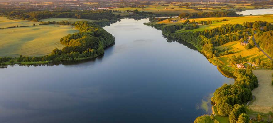 Genießen Sie die Natur bei einem Spaziergang am Skanderborg-See.