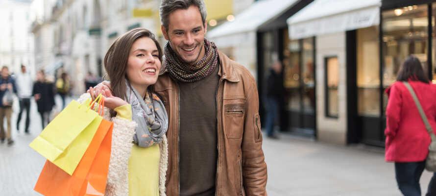 Aarhus, Smilets By, er bare 20 km. væk. Aarhus byder på et væld af muligheder for shopping og kulturelle oplevelser.
