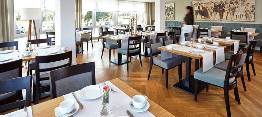 Sæt jer godt til rette i hotellets lyse restaurant, hvor der både serveres morgen-  og aftensmad.