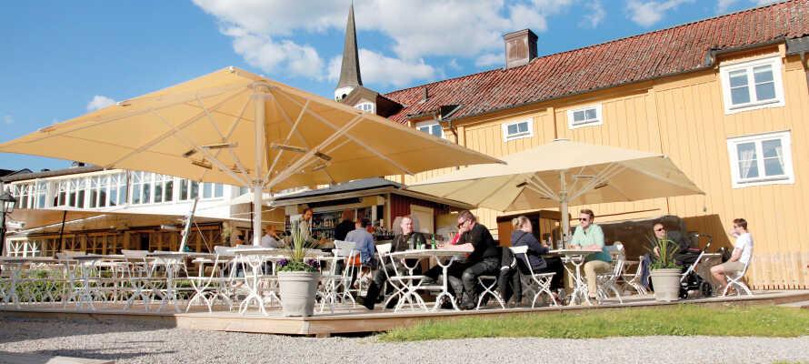 Hotellet byder på god mad, vinkældre på klosterområdet og en udendørs restaurant med panoramaudsigt over søen Mälaren.