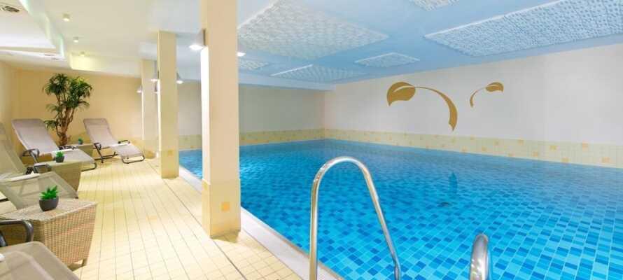 I har gratis adgang til fitnessrummet og hotellets wellnessområde, som byder på indendørs pool, sauna og dampbad.