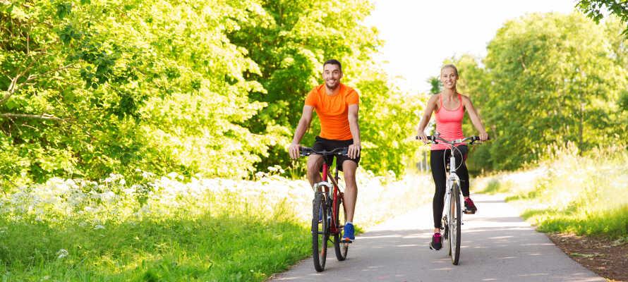 Närområdet bjuder på flera trevliga cykelrutter, och hotellet erbjuder både cykeluthyrning och gratis cykelparkering.