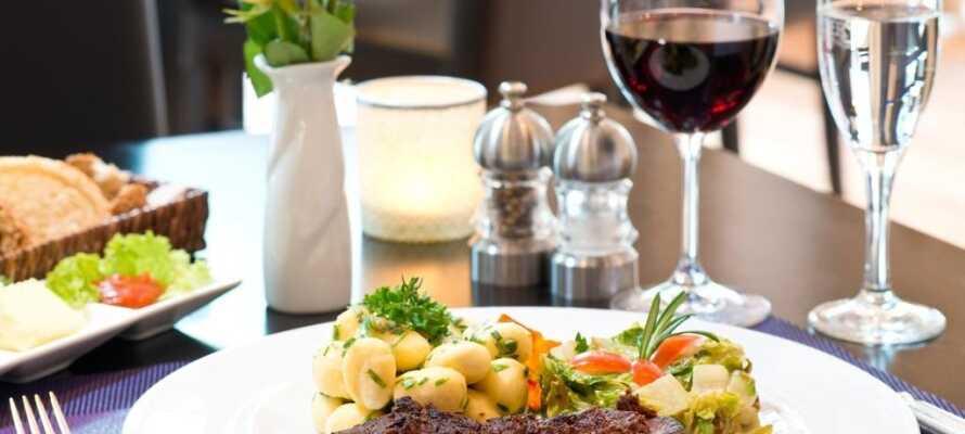 Restauranten serverer lækre regionale retter, og senere er det oplagt at runde dagen af med en drink i baren.
