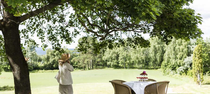 Klækken Hotell er omgitt av en flott hage med en staselig skulpturpark og mange hyggelige kroker å slå seg ned i.